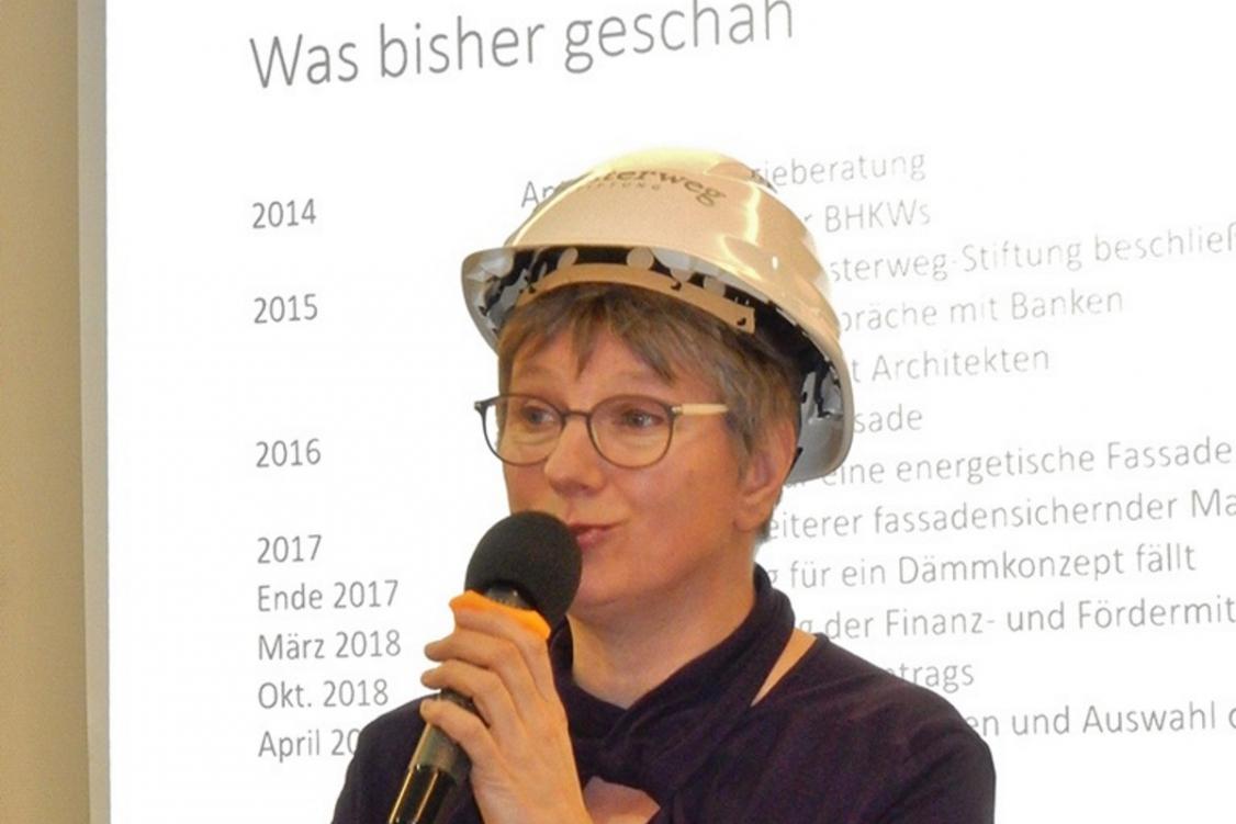 Frau Wirtz stellt das Bauvorhaben vor