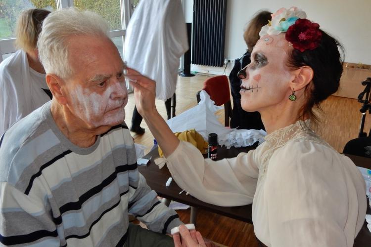 Ein Bewohner wird zu Halloween geschminkt
