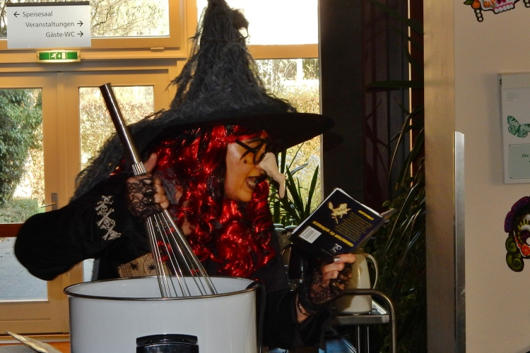 Die Hexe braut Zaubertränke