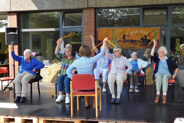 Die Sitztanzgruppe The Diesterways führt einen tollen Lassotanz auf